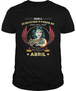 Guys Nunca subestime o poder de uma mulher abril camiseta Shirt